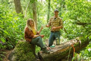 Een man en een vrouw werken in de natuur