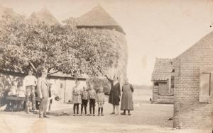 kleine_beek_tussen_huis_en_schuur_1932
