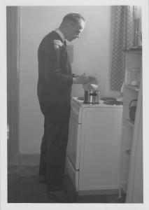 Kees kookt de maaltijd aan het nieuwe elektrische gasfornuis