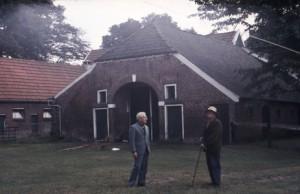 th_Gussinklo achterzijde met bewoneer Wim Smalbraak rechts met hoed_ongeveer jaren '70 (ingescande dia)