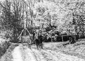 Wagenhuis bij Hilbelink circa 1920 met J.B. Hilbelink en G.J.W. Hilbelink